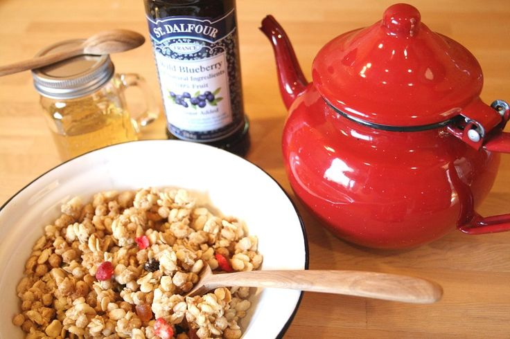 """〜大人のためのモロッコ雑貨regalito〜  コロンとしたフォルムとカラーがかわいいスペイン製のホウロウティーポット☕️ そしてモロッコでは""""ビサラスープ""""と呼ばれる豆スープを頂く時に使用されるホウロウのお皿 どちらも飽きのこないシンプルなデザインと、使い勝手の良いサイズで、お料理には必需品となる事間違いなしです そのままテーブルに出してもサマになるかわいさですね  http://regalito.shop20.makeshop.jp/"""