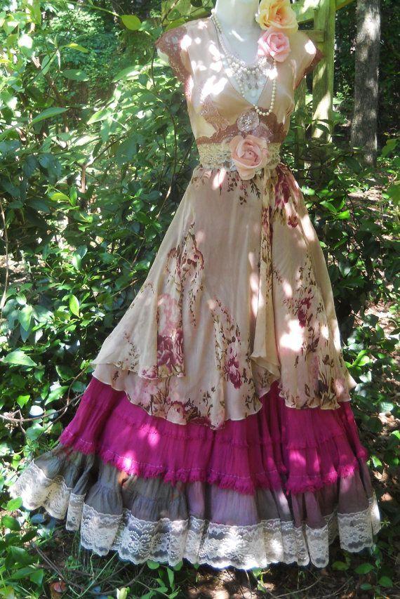 Robe longue vintage à dentelle, imprimé fleurit, sautoir et broche de fleurs, style romantique