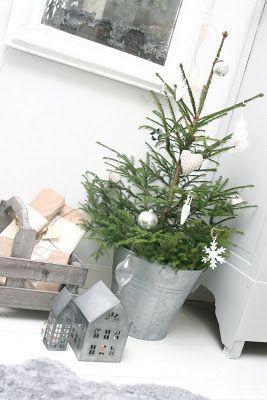 Subtiel klein kerstboompje, emmer geeft stoer effect! Via - { k j e r s t i s l y k k e }: Jul