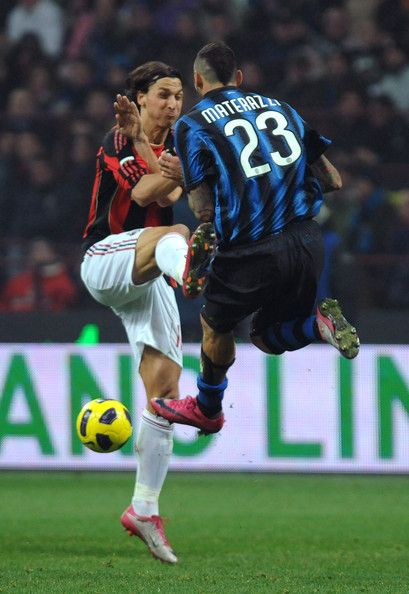 Zlatan Ibrahimovic Photos Photos - Marco Materazzi of FC Internazionale Milano clashes with Zlatan Ibrahimovic of AC Milan during the Serie A match between FC Internazionale Milano and AC Milan at Stadio Giuseppe Meazza on November 14, 2010 in Milan, Italy. - FC Internazionale Milano v AC Milan - Serie A