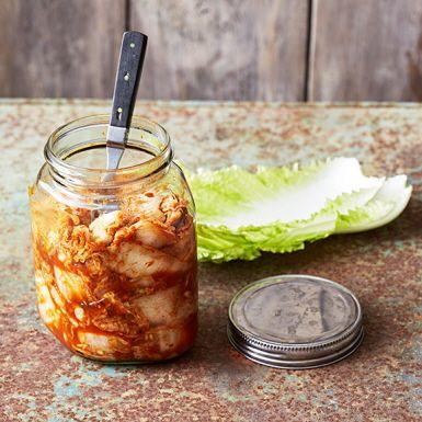 Traditionellt koreansk kimchi tar i regel flera dagar att göra, så att alla goda bakterier hinna fermentera salladskålen och ge den karaktäristiska smaken. Men den här kimchin går bra att äta direkt. Följ annars tipset om du vill mjölksyrejäsa den för mer smak.