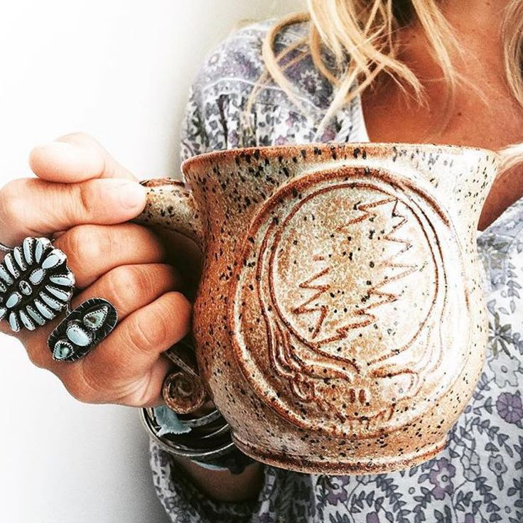 Just look at this stunning beauty✨ I mean, wow⚡️ @thestellabluegallery , thank you pretty darlin for this beautiful photo! Isn't she lovely with her hand crafted turquois rings? Please check her work out, it is stellar & her IG feed is one of my very faves in all the land. Pretty cool mug too