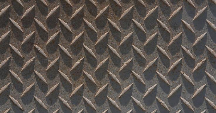 Definición de una placa de acero. Una placa de acero es un acero que tiene 1/4 de pulgada (0,63 cm) a 13 pulgadas (33,02 cm) de grosor y de forma plana. Una hoja de metal está entre 6 milésimas de pulgada (0,015 cm) a 249 milésimas de pulgada (0,63 cm).