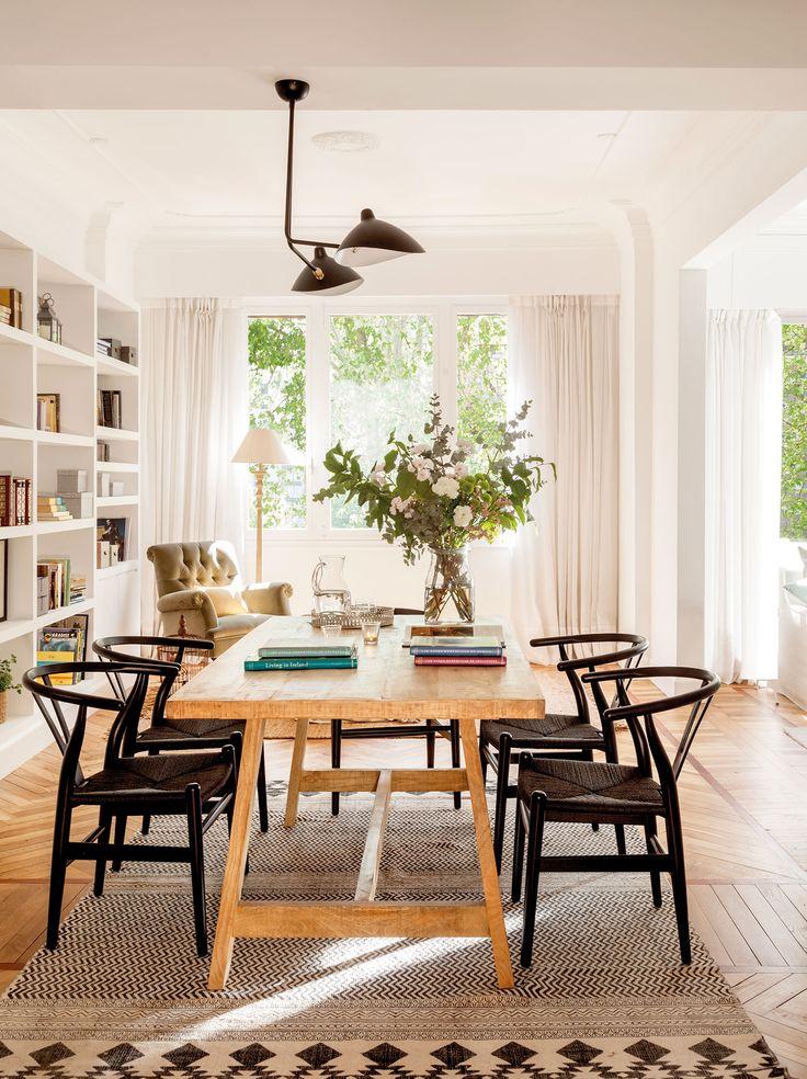 Comedor actual con librería blanca y sillas negras. Comedor actual con librería blanca y sillas negras_00458369