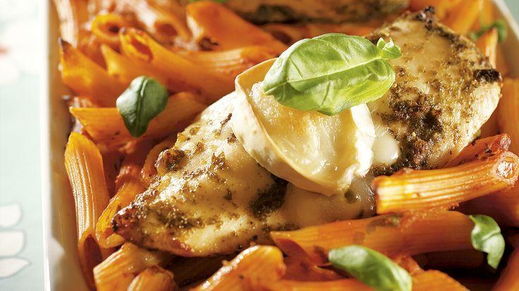 Tomaattinen vuohenjuusto-broileripasta valmistuu helposti maukkaasta Pirkka tomaatti-basilikapastakastikkeesta.