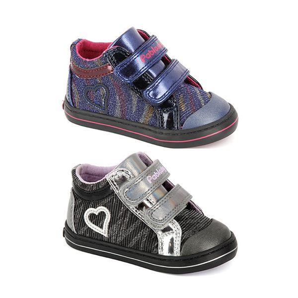 Pablosky. Botitas para niñas con detalles en charol y destellos purpurina. Dispone de un cierre de doble velcro para un perfecto ajuste e interior confeccionado en textil que aporta una gran comodidad. Además, la plantilla es de piel para asegurar la correcta transpiración del pie. Contiene puntera de goma a modo de refuerzo. Disponible en dos colores. ¡Protección y seguridad de los más pequeños! #Booties #GirlsBooties #GirlsBoots #Boots #Pablosky #KidsShoes #CalzadoInfantil #BotasNiña…