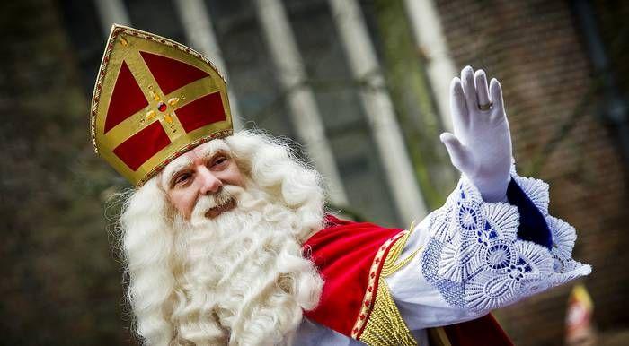 6-11-14 'Dieuwertje, er is hier werk aan de winkel, we varen recht op een regenboog af. Ik spreek je later.' Met deze uitspraak in een 'uitgelekt' promotiefilmpje voor het Sinterklaasjournaal zorgde Sinterklaas vandaag voor beroering op internet. Want de vermelding van het woord regenboog, dat kan natuurlijk maar één ding betekenen: ook het Sinterklaasjournaal 'capituleert'.