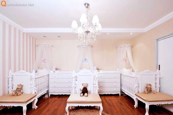 quarto de bebê trigêmeos bege e branco