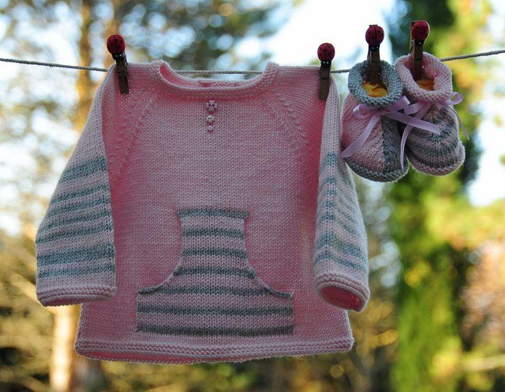 layette ensemble naissance-1 mois brassière et chaussons en mérinos rose pale et gris neuf tricoté main : Mode Bébé par com3pom