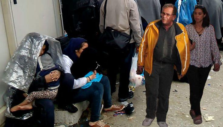 Από τη λάσπη και το ξενύχτι των ανθρώπων που τρέχουν εθελοντικά να βοηθήσουν πρόσφυγες μέχρι το γραφείο του διευθυντή Υποδοχής τους στο υπουργείο Μεταναστευτικής Πολιτικής με το μηνιαίο μισθό των 4…