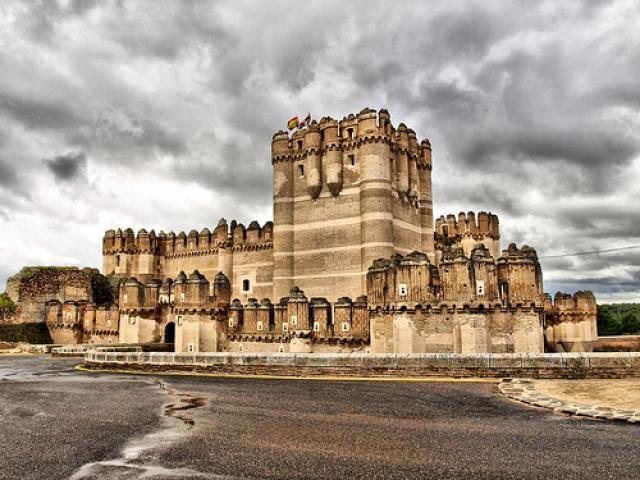 CASTLES OF SPAIN - El castillo de Coca es una fortificación de Segovia ( Castilla y León) ; fue   construido en el siglo XV y está considerado una de las mejores muestras del gótico-mudéjar   español. En 1453, Alonso de Fonseca y Ulloa (Arzobispo de Sevilla), obtuvo del rey Juan II de Castilla   el permiso real para edificar el castillo. Fue terminado en 1493. A partir de entonces fue residencia   palaciega y escenario de importantes eventos históricos plíticos-sociales.