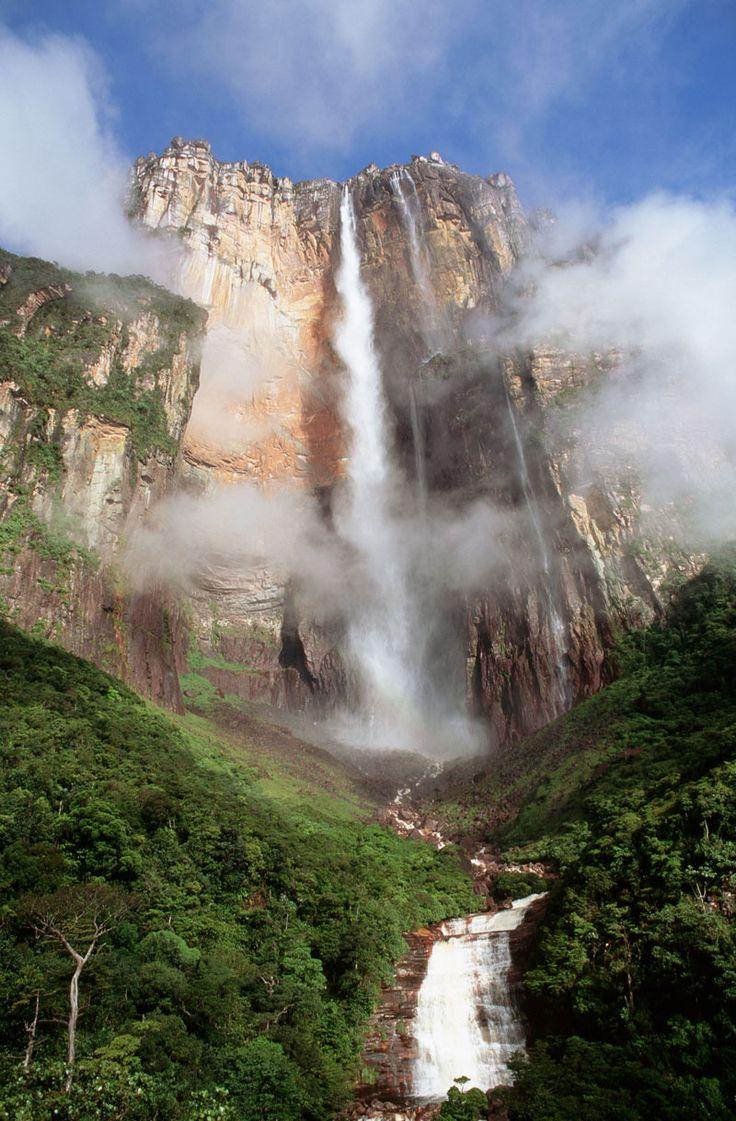 América Latina guarda en su vastísimo territorio paisajes que harían palidecer a la mejor película de fantasía. Cerro de Roraima, con sus macizos sobresaliendo por encima del cielo, es uno de ellos. También conocido como monte Roraima y Tepuy Roraima, es el punto más alto de la cordillera de las Tierras altas de Guayana, con 2.810 metros. Formado por arenisca, su composición geológica es una de las más antiguas del planeta (data de hace unos 2.000 millones de años, situándola en el periodo…