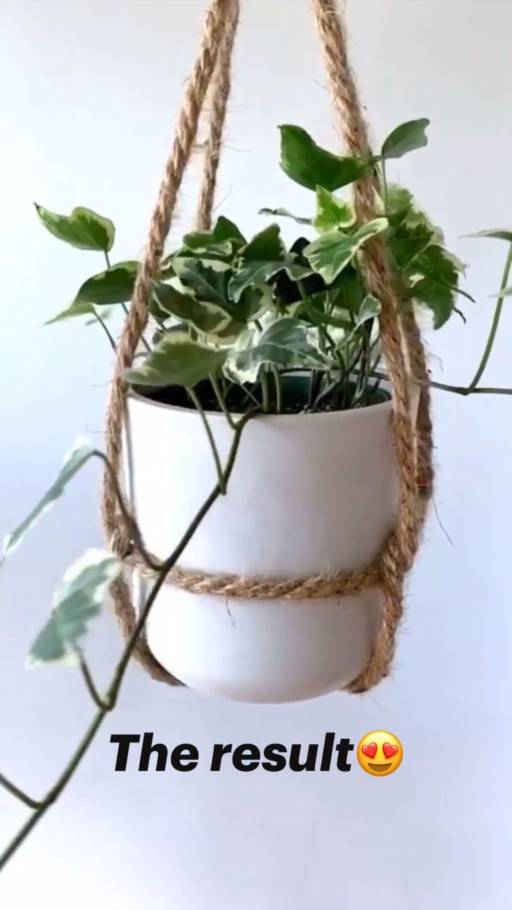 Diy Crafts For Home Decor, Diy Crafts Hacks, House Plants Decor, Plant Decor, Diy Hanging Planter, Planter Ideas, Macrame Plant Hanger Diy, Balcony Hanging Plants, Hanging Herb Gardens