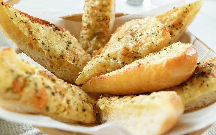 Sarımsaklı kekikli ekmek, yemeklerinizin yanında size lezzetiyle eşlik edecek.
