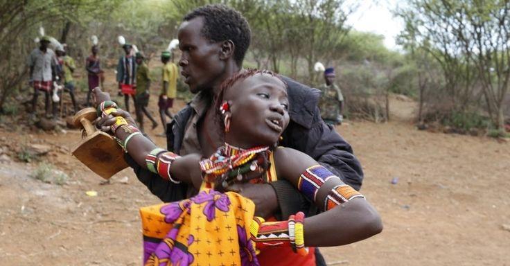Meninas da etnia Pokot, enfeitadas com contas nos cabelos e com os rostos pintados, caminham em direção a um local isolado pouco mais de uma semana antes da cerimônia de iniciação de mais de cem garotas que passam para a condição de mulheres, a cerca de 80 km da cidade de Marigat, em Baringo, no Quênia. Antes da cerimônia, de acordo com a tradição Pokot, as meninas são isoladas por mais de um mês, sem contato com os homens da comunidade