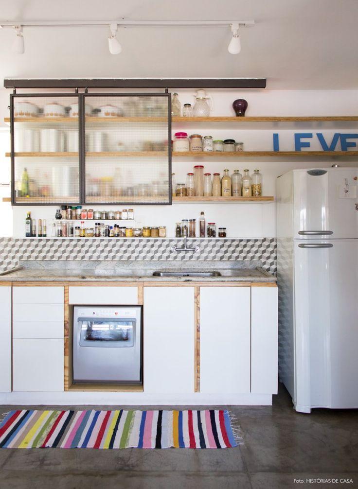 Cozinha com armários de estilo industrial, piso de cimento queimado e ladrilho hidráulico.