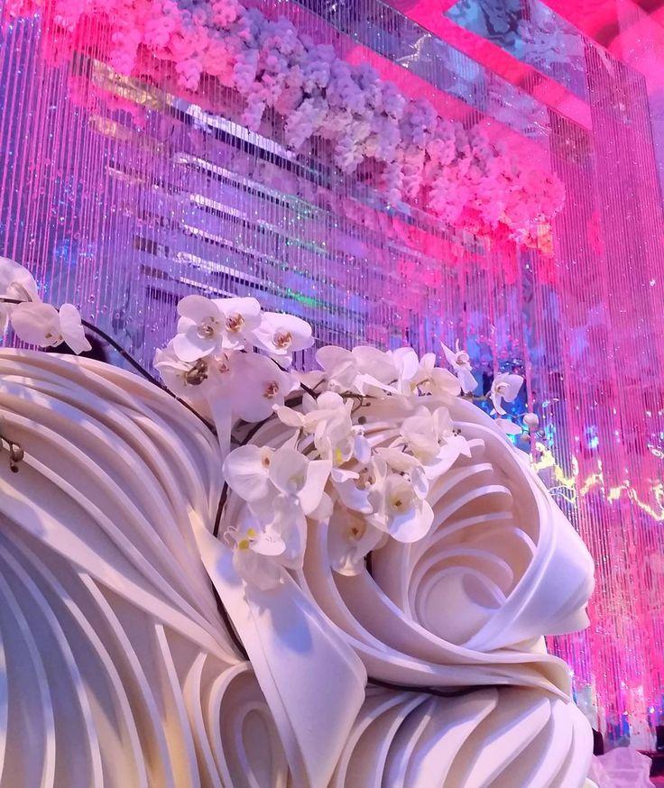 Только представьте масштабы свадьбы, в декоре которой наша команда создала необычный стол молодоженов...