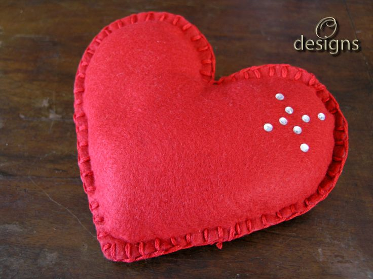 Heart Shape Smelling Sachet that can be pleasant fragrances your wardrobe, drawer, your linen closet, your car or any other small area! Hand sewn with felt and stuffed with organic cotton and aromatic wood chips that can be reused by throwing a syringe with 2 or 3 drops of essential oils of your choice, or your perfume in the center where the wood chips are.