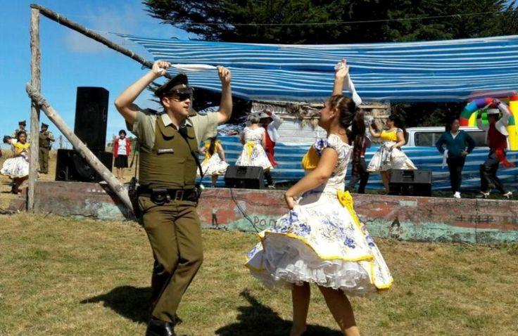Francisco Alvarado Quinteros, un carabinero y cuequero o un cuequero y carabinero. Muestra Costumbrista de Estero Chacao; comuna de Ancud, Chile... Febrero 2017.  FUENTE: https://www.facebook.com/photo.php?fbid=10211484964135995&set=a.3488732493274.2160530.1120313428&type=3&theater