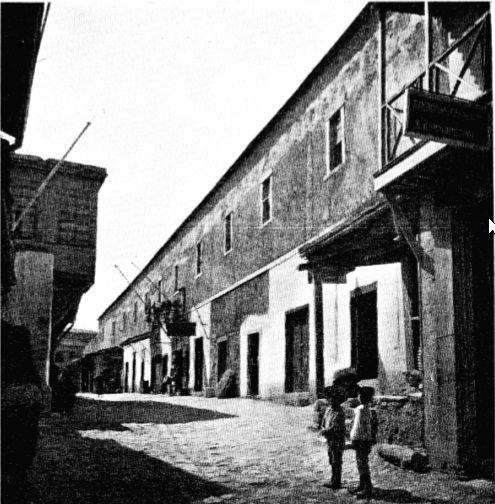 Το συγκρότημα των ενετικών σιταποθηκών (Fondaco) στις αρχές του 20ου αιώνα στο Ηράκλειο. Η σημερινή οδός Χάνδακος προς την πλατεία Ελ. Βενιζέλου (Λιοντάρια). Φωτογραφία G. Gerola