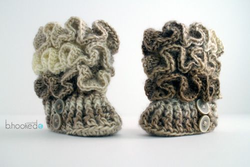 Crochet ruffled baby booties - free pattern