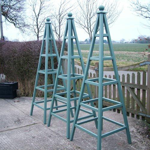 garden obelisk det er vigtigt at de er så høje at bønnerne ikke vokser højere oven over stativet end inde i stativet.