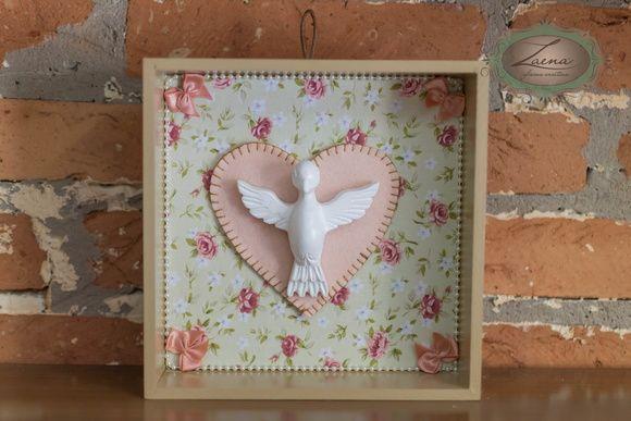 Quadrinho com aplicação de tecido ao fundo, pérolas e coração em feltro. Espírito Santo em resina pintada R$ 35,90