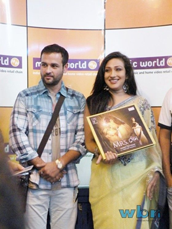 Bangla Movie Mrs. Sen Music Release in Kolkata. The fourth movie by director Agnidev Chatterjee. Deals with infidelity. Stars Rituparna Sengupta, Rohit Roy and Hrishita Bhatt in the lead. Report by Mousumi Sarkar: http://www.washingtonbanglaradio.com/content/64759213-bangla-movie-mrs-sen-music-release-kolkata