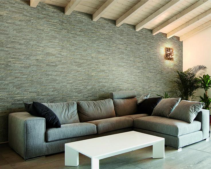 Stardust, seinälaatta (lasitettu porcellanato) koossa 30×60 cm. Kuvassa Almond muretto kuviolaatta.