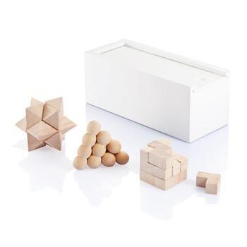 La scatola bianca è in legno di pino con 3 diversi rompicapi. E' confezionato in una scatola nera con coperchio blu. L'interno ed il fondo sono in blu coordinato. Dimensioni: 16 x 8,5 x 7 cm.