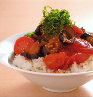 野菜のごはん、トマトなす丼 | バター醤油味のなす丼です。トマトも軽く炒めるので、酸味がマイルドに。大葉も添えて、さっぱりと食べられそうですね。温かいままはもちろん、冷やしてから、炊き立てのごはんに乗せて食べるのもオススメ!