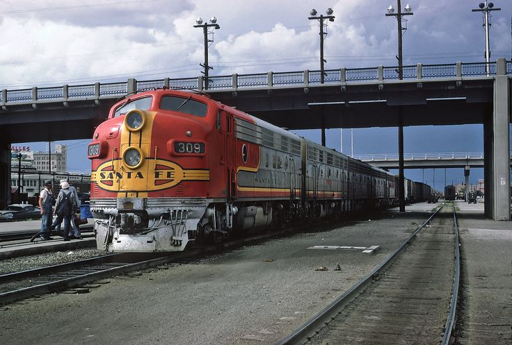 https://flic.kr/p/A4QnbH | ATSF 309L (F7A) with Train #23, The Grand Canyon stopped at the Albuquerque, NM Station on August 19, 1967 | A Roger Puta Photograph