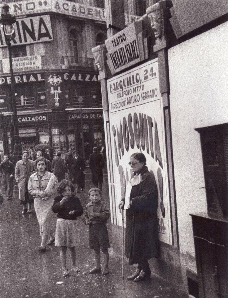 Lotera ciega vendiendo en la calle.1950 Fue una estampa corriente hasta hace unos años, algunas tenian una sillita pero casi todos estaban de pie