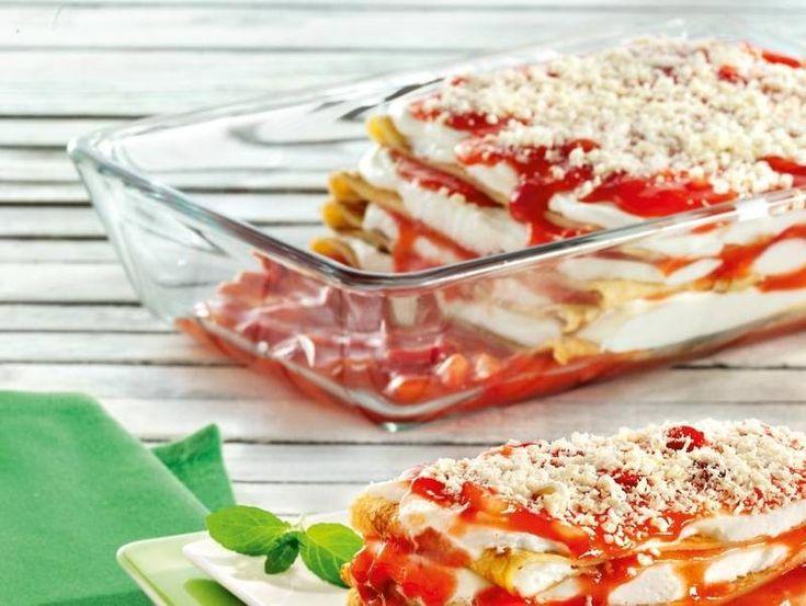 Traumhaftes Schichtdessert aus hauchdünnen Crêpes, sahniger Frischkäsecreme und Erdbeeren.