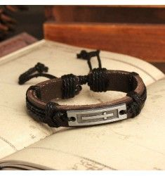 Snyggt brunt läderarmband med metall platta utformad som ett kors