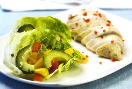 Chili- och limemarinerad kycklingfile med avokadosallad | Recept.nu