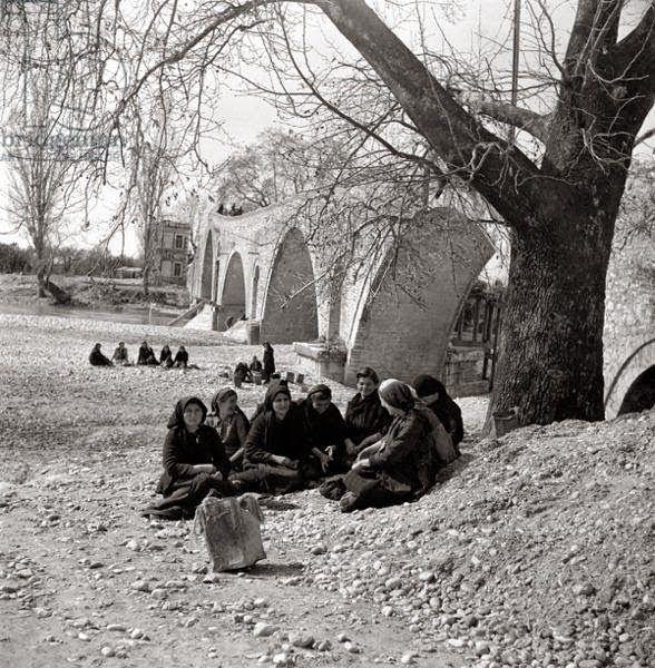 Γυναίκες δίπλα σε γεφύρι.  Άρτα, 1946