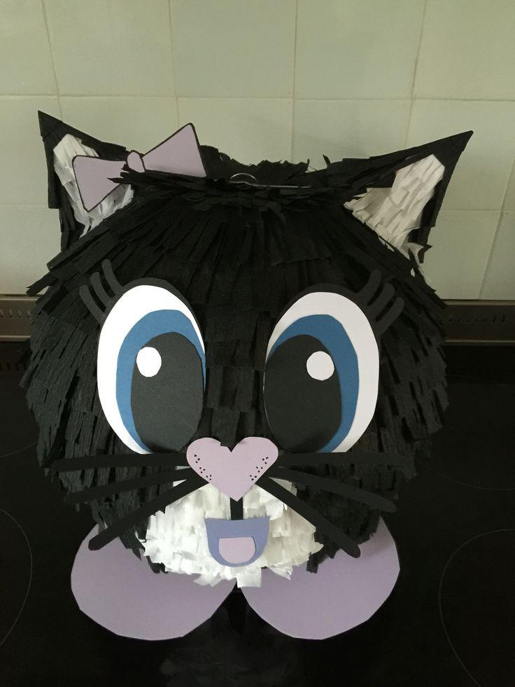 Surprise poes / kat. Gemaakt van een lampion van papier rond 35 cm. Deze beplakt met crêpe papieren strookjes. In de lampion zit het kadootje.