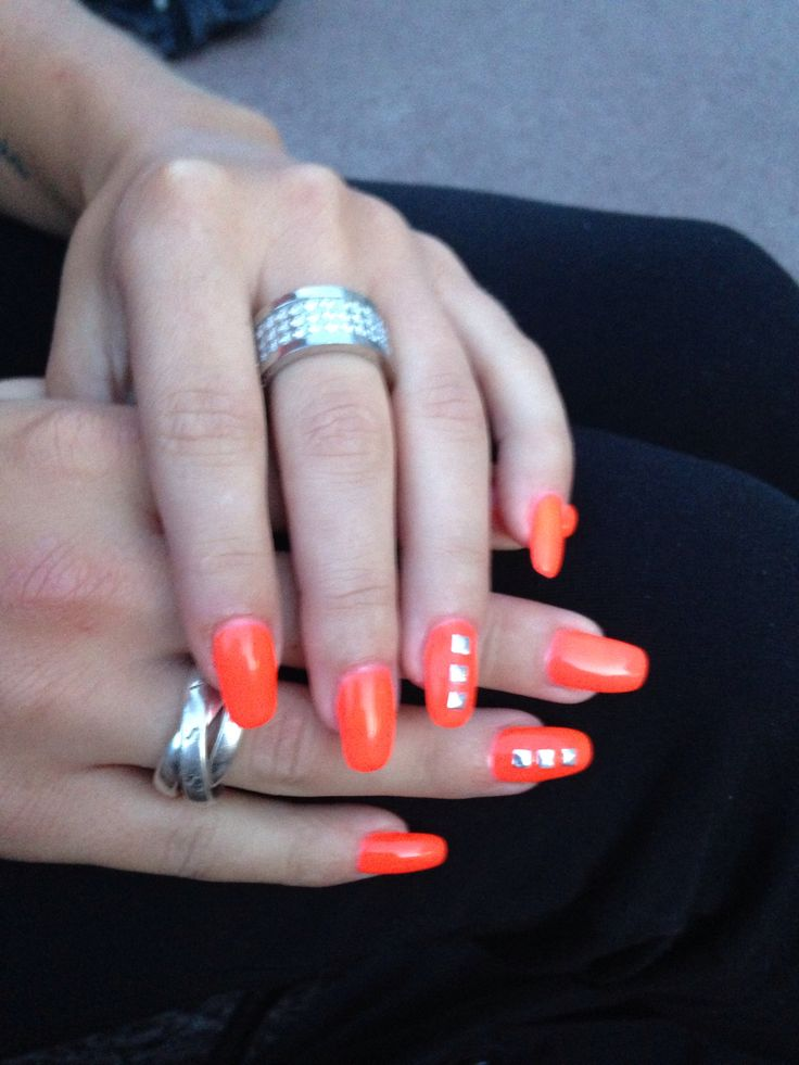 Självlysande naglar med nitar