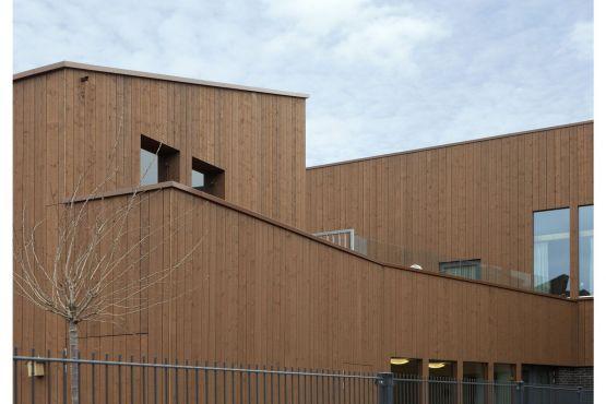 Een grote variatie in gevels en kapvormen die zijn voorzien van aluminium muurafdekkers. Apeldoorn Sprenkelaarshof.