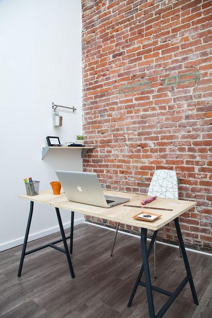 Escritorio con caballetes de hierro en un ambiente con decoración estilo industrial