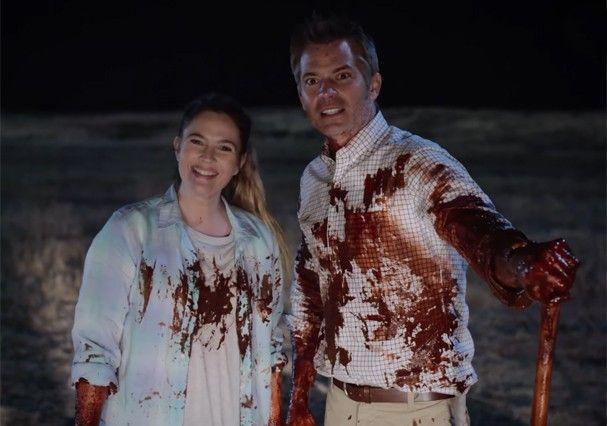 """Drew Barrymore e Timothy Olyphant em """"Santa Clarita Diet"""" (Foto: Reprodução/Youtube)"""