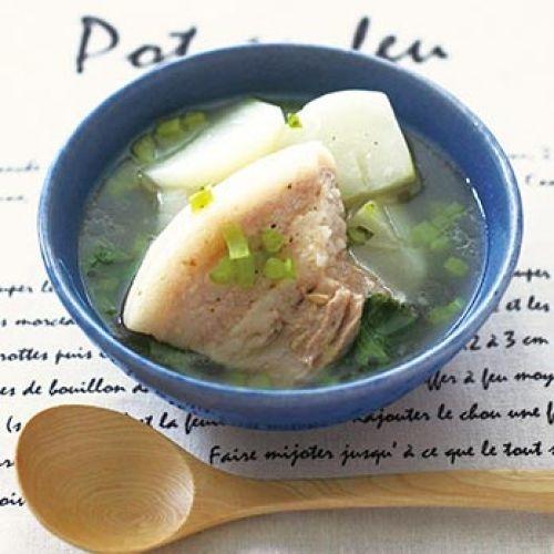 たっぷりの豚ばら肉をじっくり煮込んだスープ。