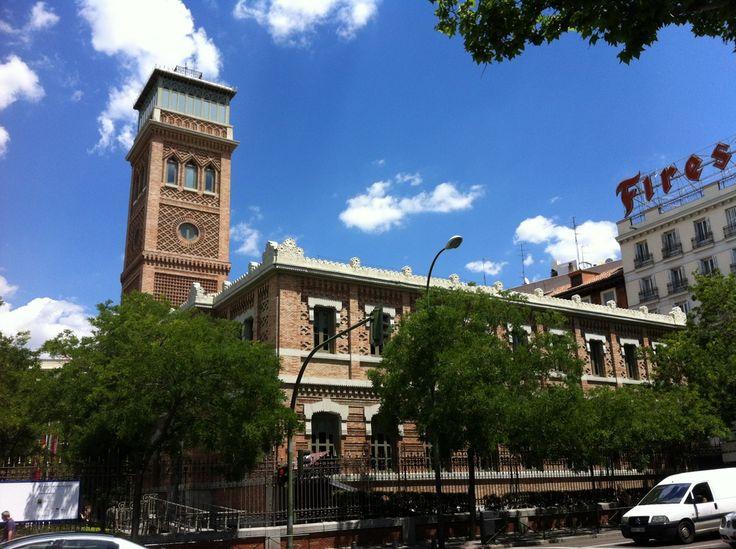 Publicamos las Escuelas Aguirre, actual Casa Árabe. #historia #turismo http://www.rutasconhistoria.es/loc/escuelas-aguirre-casa-arabe