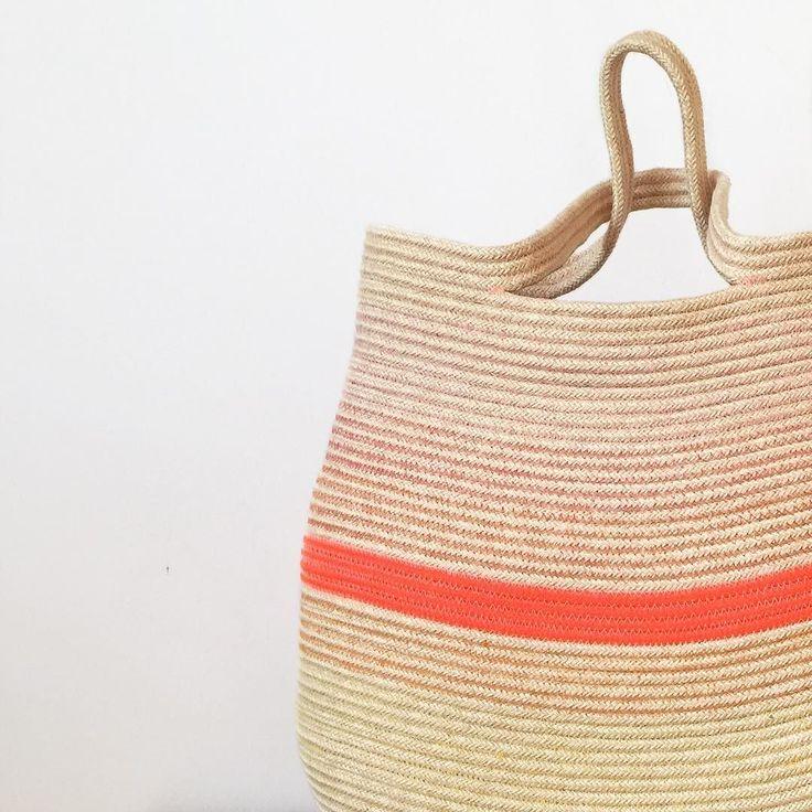 Un'altra creatura è pronta per lasciare il nido ormai è uno zaino/borsa grande... mi ricordo quando era solo una piccola corda..  pronta per partire!  Una hija mas está lista para ire de casa ahora es una mochila/bolso grande pero todavía me acuerdo cuando solo era una pequeña cuerda...  #backpack #bag #mochila #bolso #zaino #borsa #handmade #handcrafted #handcraft #handicraft #artesanal #artigianato #hechoamano #fattoamano #oneofakind #corda #cima #cordon #rope #algodon #cotton #cotone…