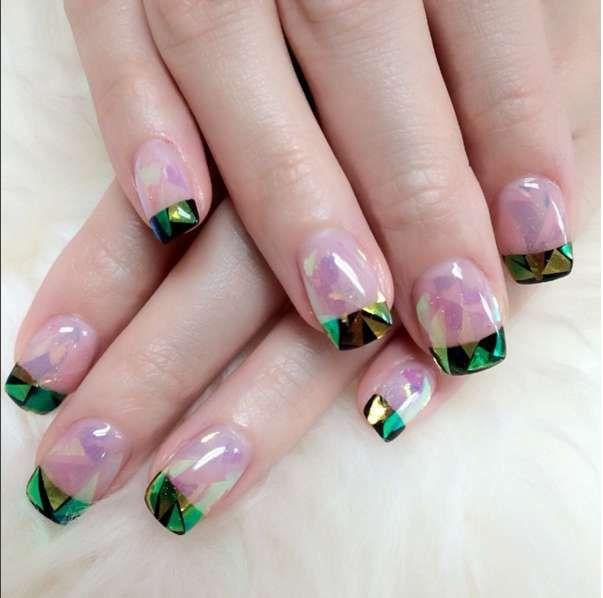Nail art Capodanno 2016 - Effetto vetro rosa e verde sulle unghie