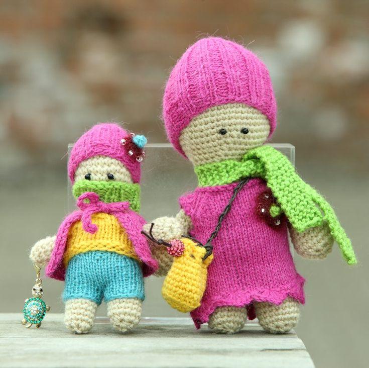 Disse maskot-dukkene har heklet kropp og strikkede klær, og alle deler er relativt enkle å lage. Til klærne kan du i grunnen bruke hvilket som helst restegarn, så lenge det er tynt nok til å passe til pinne nr. 3.