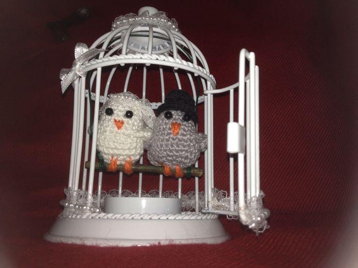 Voor een huwelijk heb ik een bruidspaar in een kooitje gezet. De vogeltjes zijn gehaakt door mijn lieve dochter Danielle. Mooi lint gebruikt en het geld wat we geven plakken we onder het kooitje.