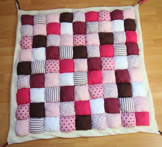 Tapis de jeu bébé rose marron et blanc en coton et polaire, tapis bébé puff quilt rose et marron, tapis bébé style patchwork rose et marron, tapis de parc rose et marron
