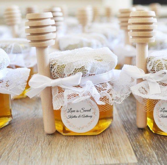 25 Personalisierte Mini Honey Jar Wedding Favors 2 Oz Jeweils Mit Einer Option Von Holzernen Ho Honey Jar Wedding Favors Honey Jar Favors Honey Wedding Favors
